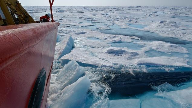 Une partie du navire à travers des eaux glacées