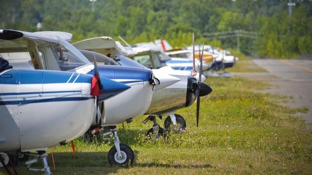 De petits avions stationnés à l'ancien aéroport de Mascouche (archives).