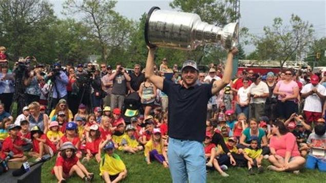 L'ailier gauche des Blackhawks de Chicago Andrew Desjardins est venu présenter la Coupe Stanley à Lively en Ontario.