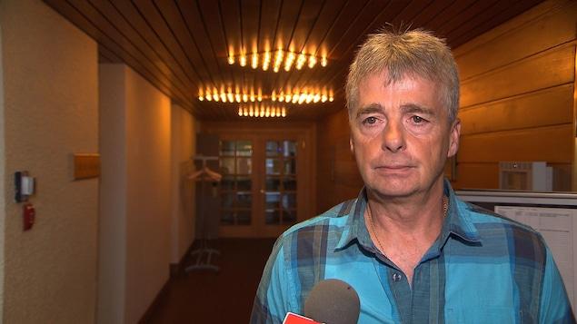 Andrew Roswell, directeur secteur Côte-Nord pour Pêches et Océans Canada, consulte la population afin de mettre en place un nouveau système de délivrance de permis de pêche récréative en mer pour l'Est du Canada