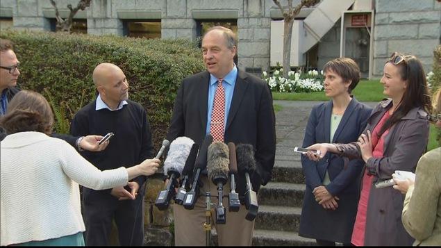 Andrew Weaver entouré de son équipe de négociation lors d'une conférence de presse à Victoria