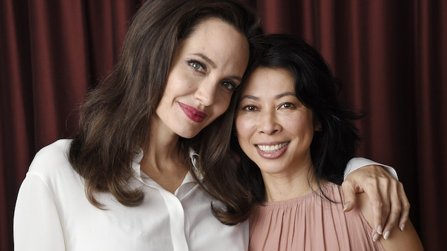 Photo d'Angelina Jolie qui pose son bras sur l'épaule de Loung Ung.