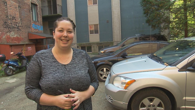La Sherbrookoise Ann-Michelle Sauvageau a eu toute une frousse en arrivant chez elle samedi matin. Elle a réussi à se sortir d'une tentative de vol de voiture. On la voit ici dans le stationnement privé où se sont déroulés les événements.