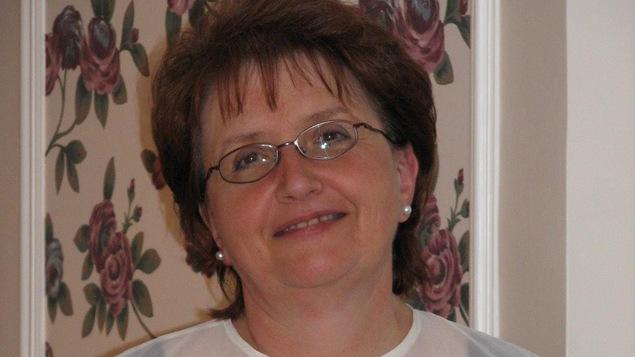 Annette Labelle à Ponteix dit qu'elle aime beaucoup son téléphone à clapet.