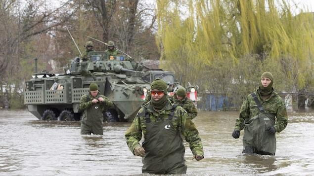 Des militaires sont à l'oeuvre dans la municipalité de Deux-Montagnes, qui a déclaré l'état d'urgence lundi.