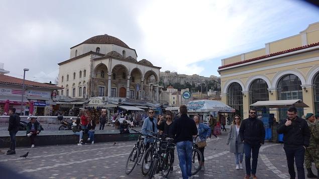 Vieille ville d'Athènes et ses passants