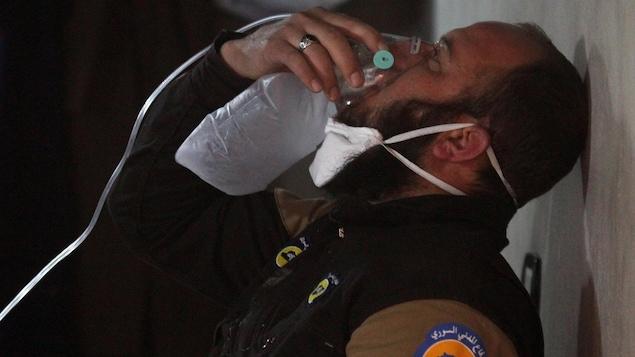 Un homme respire à l'aide d'un masque à oxygène, à la suite d'une possible attaque au gaz chimique à Khan Sheikhoun, en Syrie.