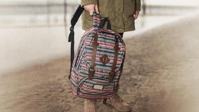 Un enfant avec un sac à la main.