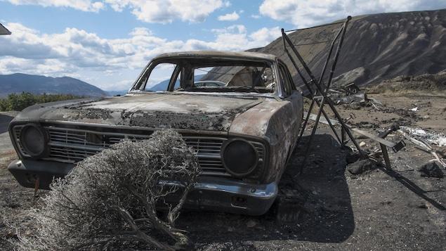 Une voiture endommagée par les feux à Ashcroft en Colombie-Britannique en 2017.