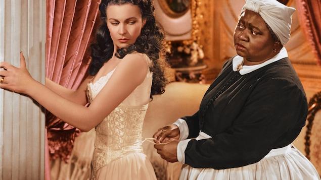 Vivien Leigh et Hattie McDaniel dans une scène du film « Autant en emporte le vent »