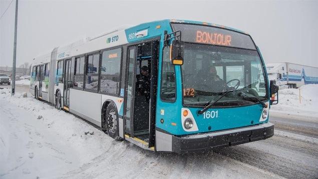 Un autobus de la STO sous la neige, l'hiver
