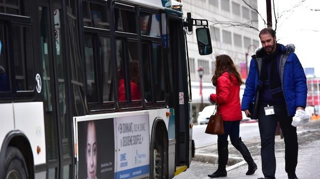 Des usagers montent dans un bus