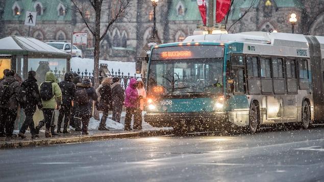 Des citoyens attend un autobus de la Société de transport de l'Outaouais