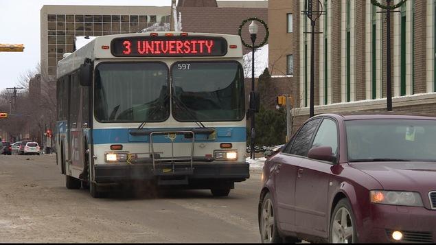 Un autobus de la Ville de Regina qui se rend à l'Université.