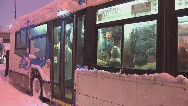 Des autobus de la STM ont secouru des automobilistes coincés sur l'autoroute 13 dans la tempête.
