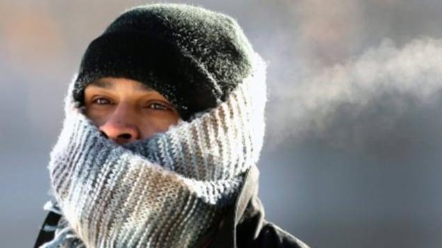 Une personne qui se protège du froid