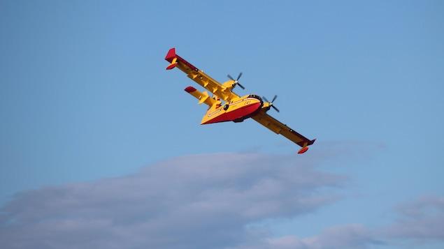 La SOPFEU a déployé six avions-citernes pour maîtriser le feu de tourbe à Saint-Ulric.