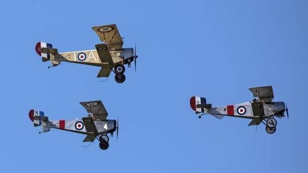 Trois biplans dans le ciel