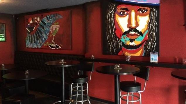 Des chaises hautes et des tableaux ont été installés dans le bar pour le rendre plus accueillant.