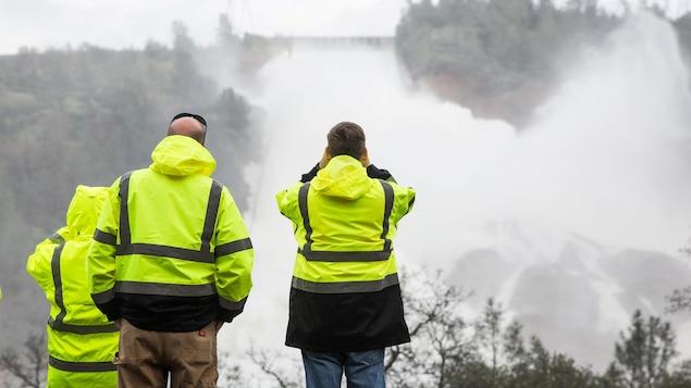En Californie, évacuations massives après des dégâts sur un barrage