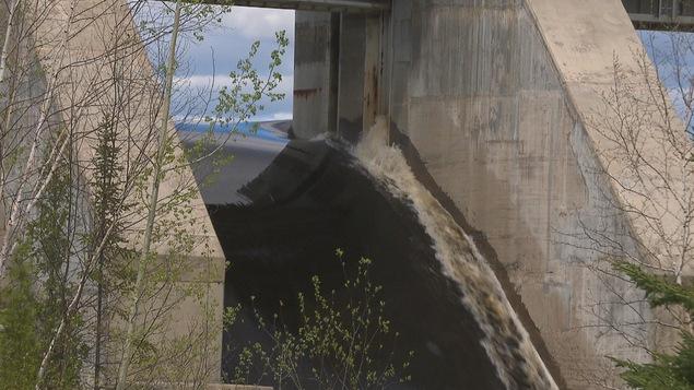 Gros plan sur un barrage de Rio Tinto