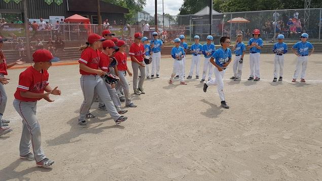 Des joueurs de baseball sur le terrain