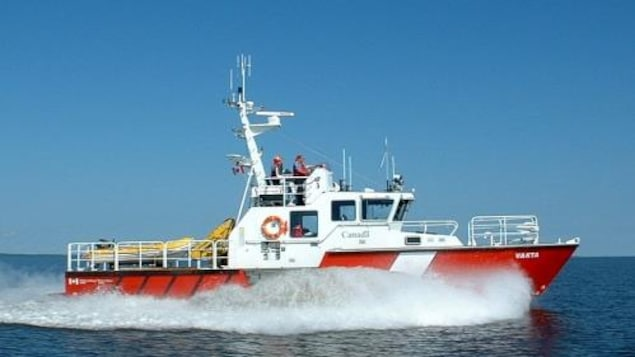 Un bateau de sauvetage de la Garde côtière canadienne en eau libre