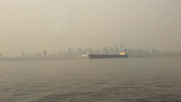 La ville de Vancouver dans un épais nuage de fumée