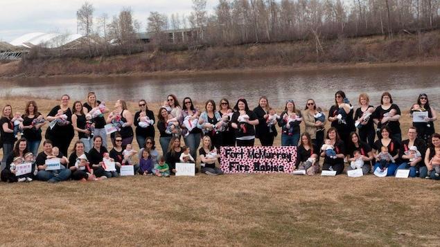 Photo de groupe des bébés du feu de Fort McMurray