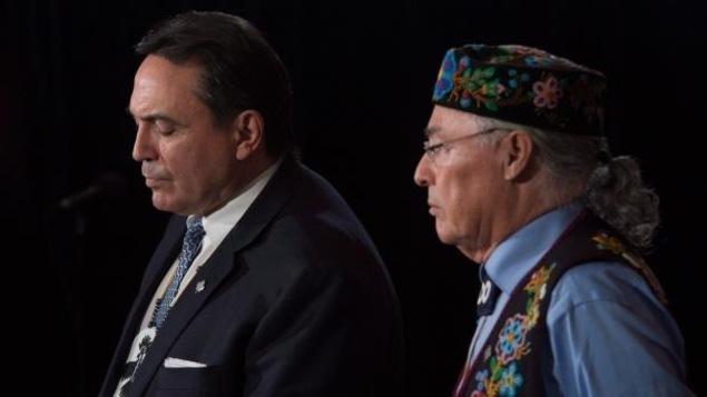 À gauche, Perry Bellegarde de l'APN et Clément Chartier président du Conseil national des Métis.