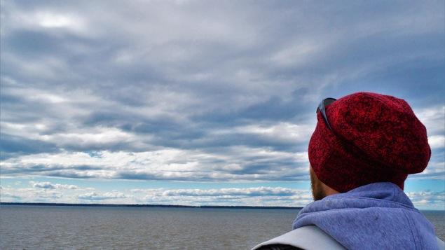 Un homme de dos le regard porter vers l'horizon