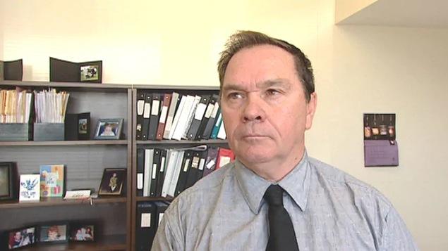 Gilles Benoît en entrevue dans son bureau.