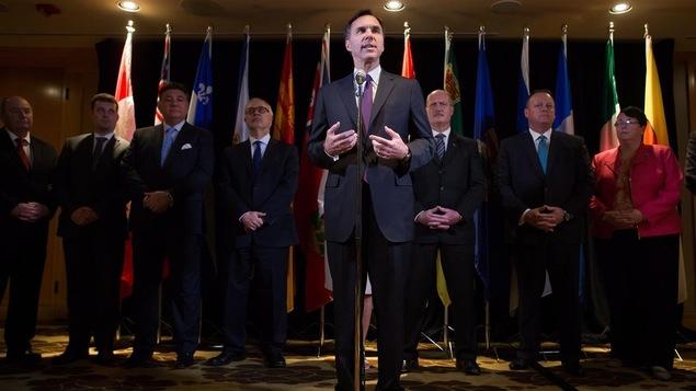 Le ministre fédéral des Finances, Bill Morneau, devant ses homologues provinciaux et territoriaux, à Vancouver, en décembre 2016