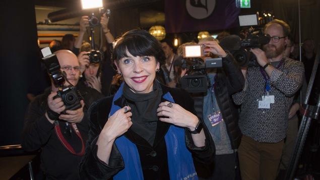 Birgitta Jónsdóttir, tête d'affiche du Parti pirate, arrive au rassemblement du Parti pirate le 25 octobre 2016, jour d'élection en Islande.