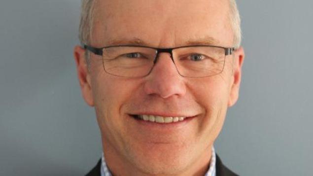 Le visage de Bob Plamondon, avec des lunettes.