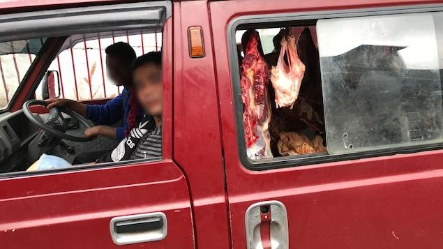 Une camionnette transporte du boeuf, à Shillong, dans le nord-est du pays.