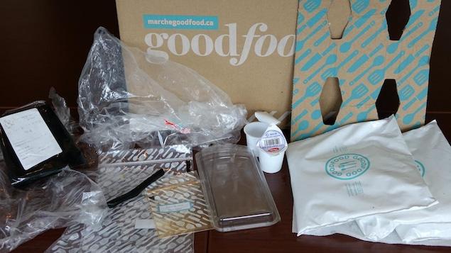 Des emballages alimentaires de plastique et de carton