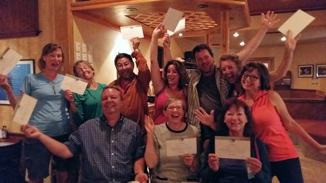 Les pèlerins-randonneurs ont reçu un certificat du comité du sentier Vents et Marées pour souligner le réussite du parcours de 225 kilomètres.