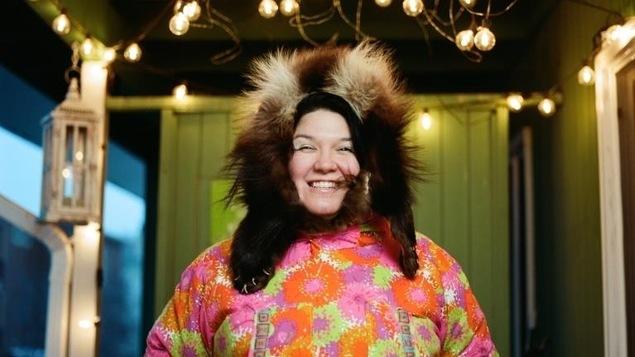 Photo d'Alison en habit traditionnel à l'intérieur d'une maison.