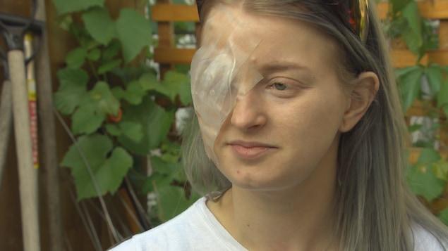 La victime Brittney Thomas-Ljungberg avec un pansement sur son oeil droit