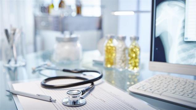 Un bureau de médecin.