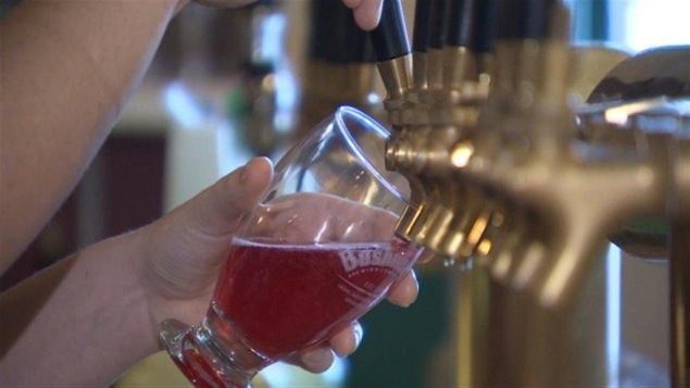 Une tireuse à bière à la micro-brasserie Bushwakker de Regina