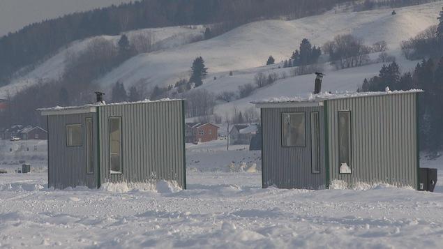 Cabanes pour la pêche sur glace sur la Baie-des-Ha-Ha à Saguenay