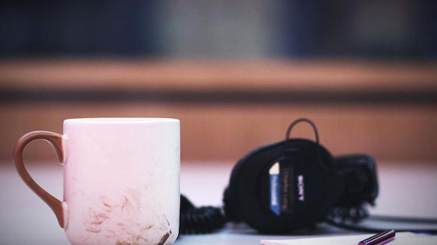 Une tasse de café sur une table.