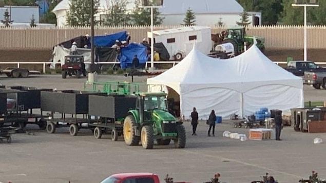 une bâche, une tente et des personnes debout près d'une piste de course