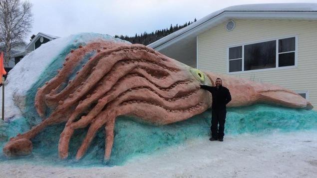 Kirk Wiseman devant sa sculpture
