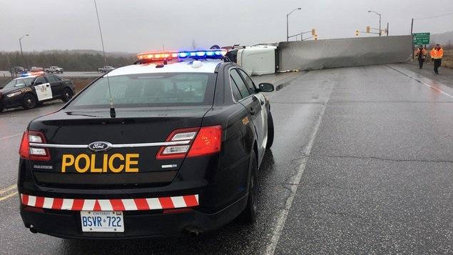 Un camion renversé bloque la route à Sudbury.