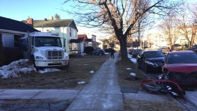 Le camion-citerne a endommagé deux voitures et une maison.