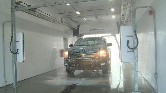 Une camionnette dans un lave-auto