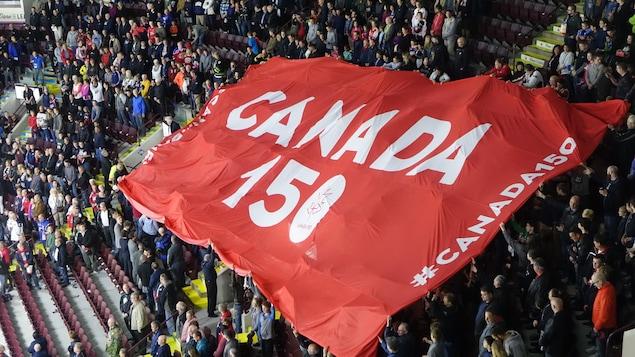 Une bannière à l'effigie du 150e anniversaire du Canada déployée lors du match d'ouverture de la Coupe Memorial 2017 à Windsor